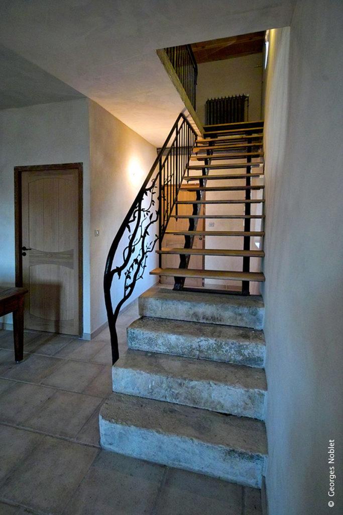 escalier rouge cerise. Black Bedroom Furniture Sets. Home Design Ideas