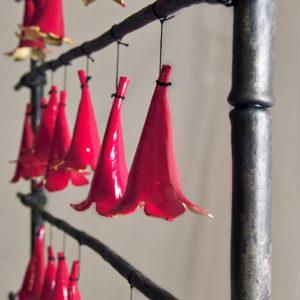 atelier, rouge, cerise, fer, forge, ferronnerie, art, metal, acier, sculpture, clochettes, land art, vegetal, paravent, bambou, leger, nature, bignonne, fleur, dorure, branche